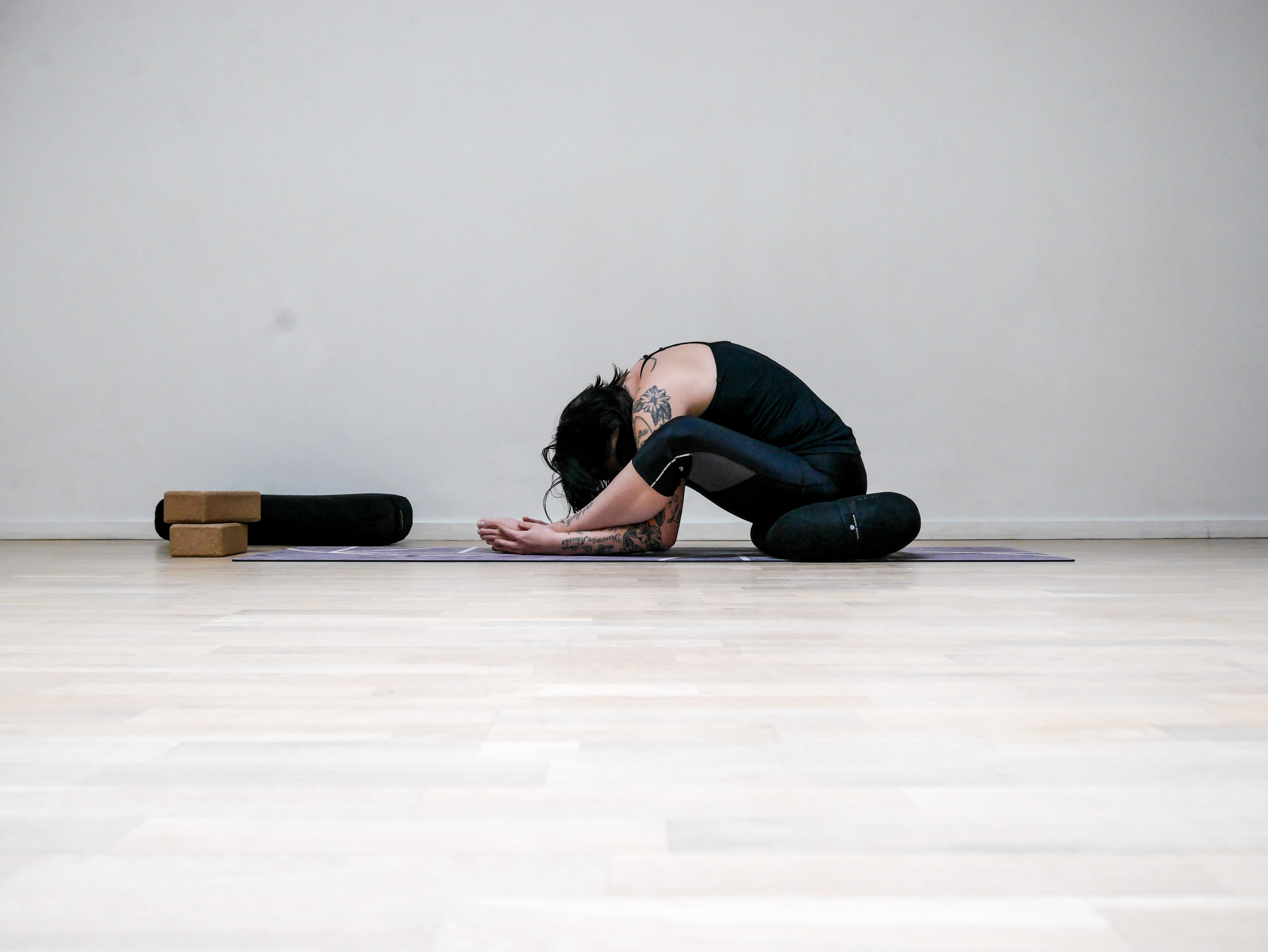 YOGAUTMANING Dag 25  Framåtfällningar - Josefines Yoga - Metro Mode a778401461e80