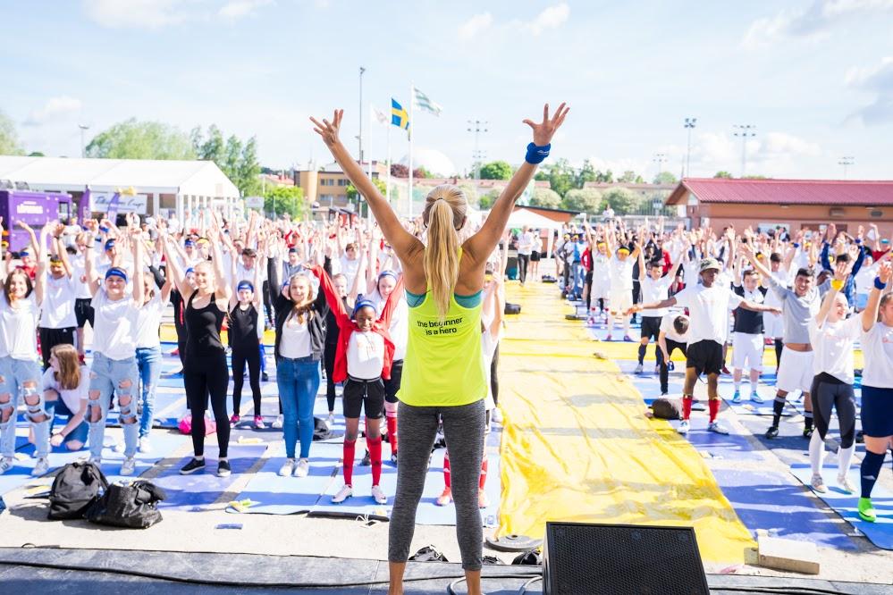 Yoga med 400 barn från hela världen